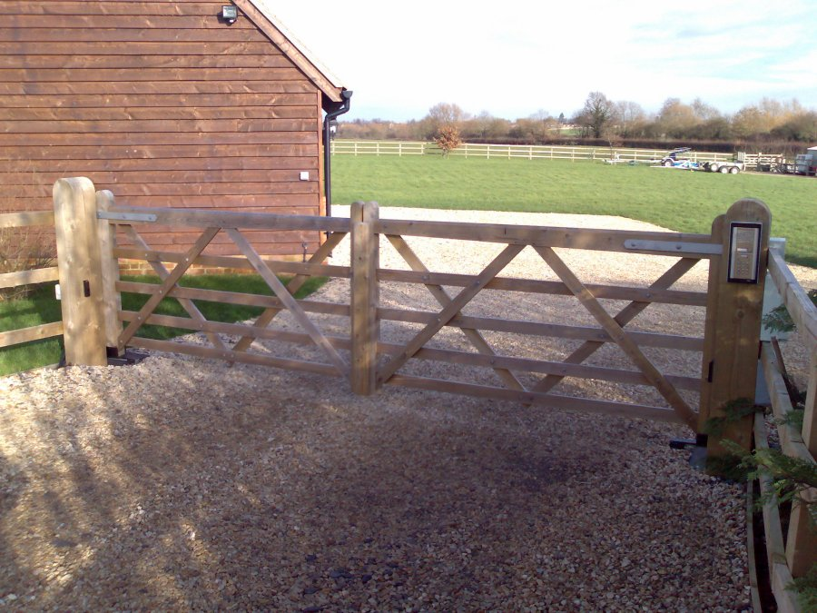 Automated gates with intercom, Moreton, Oxfordshire
